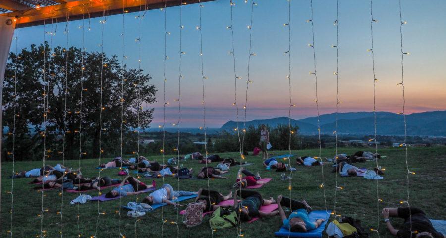 Yoga col vino - tramonto - luci